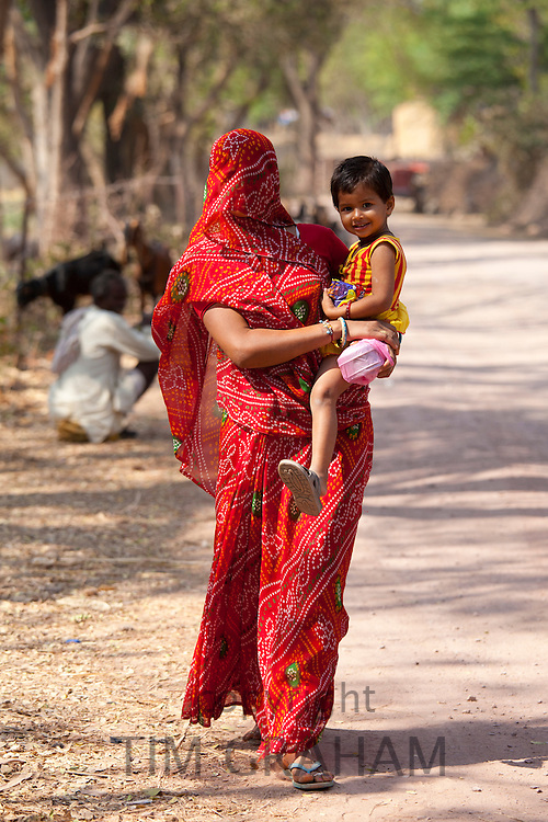 Indian woman villager and child Sawai Madhopur in Rajasthan, Northern India RESERVED USE - NOT FOR DOWNLOAD -  FOR USE CONTACT TIM GRAHAM