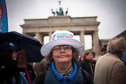 AFD, Alternative für Deutschland, il partito euroscettico, durante una manifestazione di fronte alla Porta di Brandeburgo, in risposta alla visita di Draghi a Berlino.