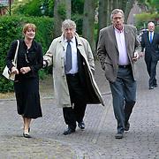 NLD/Blaricum/20110607 - Uitvaart Willem Duys, Tony Eyk en partner Liesbeth Vasbinder en Jan van Veen