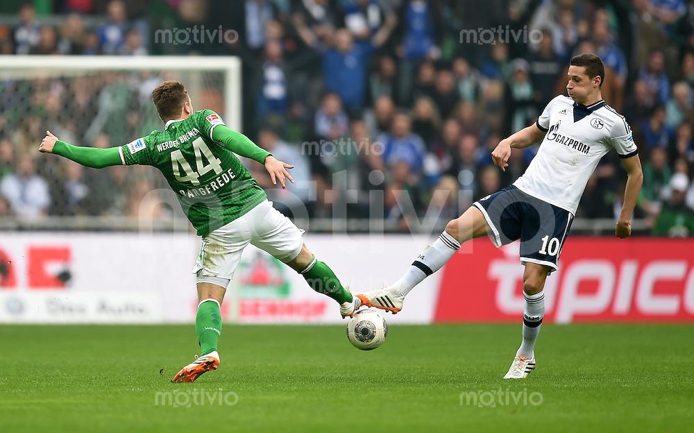 FUSSBALL   1. BUNDESLIGA   SAISON 2013/2014   29. SPIELTAG SV Werder Bremen - FC Schalke 04                       05.04.2014 Julian Draxler (re, FC Schalke 04) ) gegen Philipp Bargfrede (li, SV Werder Bremen)