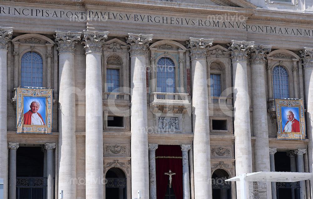 Rom, Vatikan 25.04.2014 Heiligsprechung Papst Johannes Paul II und Papst Johannes XXIII Bilder der beiden Paepste; Papst Johannes Paul II (li) und Papst Johannes XXIII am Petersdom