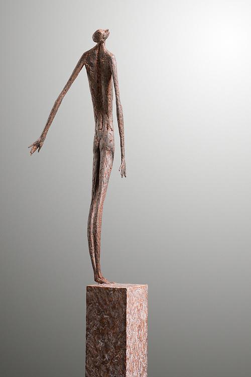 © Gerald Moroder sculptor, Estasi, 2021, impasto diterra di mattone, 176cm