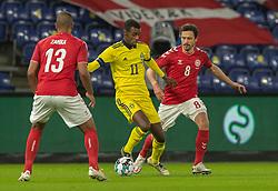 Alexander Isak (Sverige) i duel med Thomas Delaney (Danmark) under venskabskampen mellem Danmark og Sverige den 11. november 2020 på Brøndby Stadion (Foto: Claus Birch).