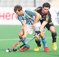 NEW DELHI - Duel tussen Facando Callioni (l) en de Belg Loick Luypaert tijdens de  poulewedstrijd in de finaleronde van de Hockey World League tussen de mannen van Argentinie en Belgie. Foto  KOEN SUYK