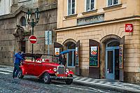 Prague, la ville aux mille tours et mille clochers, n'a pas seulement inspire Andre Breton et les surrealistes. Chaque annee, la belle Tcheque seduit des millions d'admirateurs du monde entier. Monuments, façades et statues racontent une histoire mouvementee ou planent les ombres du Golem, de Mucha ou de Kafka.<br /> Depuis 1992, le centre ville historique est inscrit sur la liste du patrimoine mondial par l'UNESCO<br /> Mala Strana<br /> Les voitures historiques proposees pour les balades dans la ville sont des modeles originaux des annees 1920. Ces voitures appartenaient a l'epoque a la haute bourgeoisie et sont aujourd'hui toutes parfaitement entretenues et en excellent état de marche.