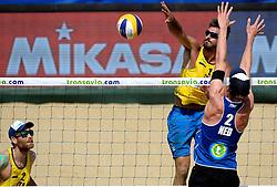 18-07-2014 NED: FIVB Grand Slam Beach Volleybal, Scheveningen<br /> Knock out fase - Robert Meeuwsen en Andrea Tomatis en Alex Ranghieri 1