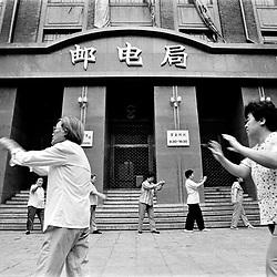 KINA. TIL ARKIV.<br /> Qi-gong gymnastik udført af de ansatte, foran deres arbejdsplads i Beijing.<br /> FOTO: THOMAS SØNDERGAARD.