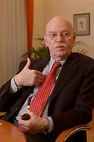 15 JAN 2003, BERLIN/GERMANY:<br /> Peter Struck, SPD, Bundesverteidigungsminister, mit Pfeife, waehrend einem Interview, in seinem Buero, Bundesministerium der Verteidigung<br /> Peter Struck, Federal Minister of Defense, during an interview, in his office<br /> IMAGE: 20030115-04-027