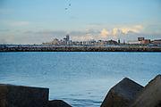 Den Haag, Nederland - 16 mei 2021: Uitzicht vanaf het Zuidelijk havenhoofd op de skyline van Scheveningen. | The Hague, The Netherlands - May 16, 2021: View from the southern pier of the Scheveningen skyline.