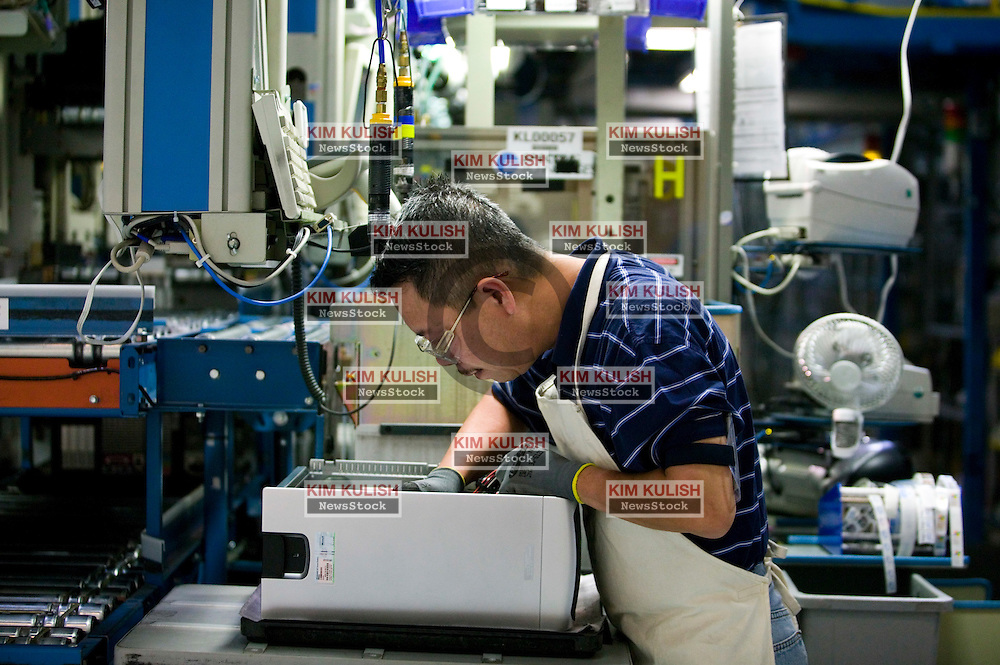 Workers assemble computers at Dell Computer's Topfer Manufacturing Center in Round Rock, Texas.  Photo By Kim Kulish