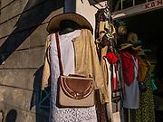 Sklep z ubraniami, ulica św. Józefa na krakowskim Kazimierzu.<br /> Clothing store, St. Joseph Street in the Kazimierz district.