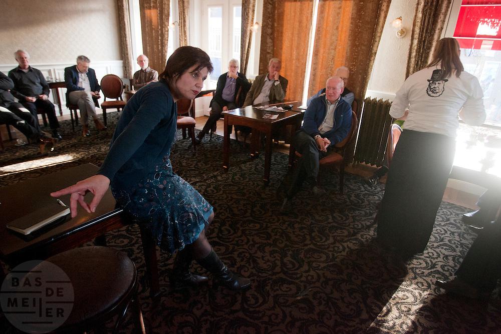 Ruth Peetoom praat met leden van het CDA in Heerenveen. Ze bezoekt de provincie Flevoland en Heerenveen tijdens haar campagne als kandidaat-voorzitter van het CDA. Peetoom wil weten wat de CDA leden willen en haar verhaal vertellen, zodat de leden weten op wie ze kunnen stemmen