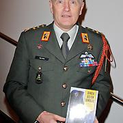 NLD/Amsterdam/20120306 - Premiere toneelstuk Napoleon op Sint-Helena, Generaal Peter van Uhm met het boek van Michiel Janzen 'Denken als een generaal'
