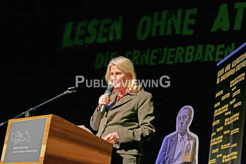 """Barbara Auer berührte mit ihrer Darbietung von Swetlana Alexijewitschs Buch """"Chronik der Zukunft"""" im Theater Lübeck nachhaltig. Die Literaturnobelpreisträgerin motivierte im Gespräch mit ZEIT-Reporter Christof Siemes zum Dagegenhalten: """"Wir werden nicht verzeifeln – auch nicht wegen Trump, Putin und der AfD - oder wie sowas bei Ihnen heißt."""" Im Bild: Kultursenatorin Kathrin Weiher<br /> <br /> Ort: Lübeck<br /> Copyright: Karin Behr<br /> Quelle: PubliXviewinG"""