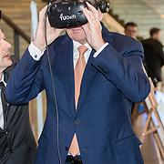 NLD/Amsterdam/20190314  - Koning bij viering 100 jaar Luchtvaart  in Nederland, Koning Willem Alexander draagt een Virtual Reality Bril