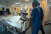 Nederland, Nijmegen, 9-5-2003..Patient wordt vanuit de operatiekamer, ok, de intensive care, ic, opgereden door anesthesisten. Verpleegkundige staat klaar om over te nemen. Kosten gezondheidszorg, wachtlijsten operaties, verpleging, wao, ziekenfonds..Foto: Flip Franssen