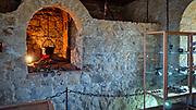 Dobczyce, 2020-05-09. Ruiny sredniowiecznego zamku krolewskiego w Dobczycach. Fragment ekspozycji.