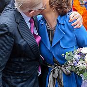NLD/Middelburg/20100430 -  Koninginnedag 2010, Margriet en partner Pieter van Vollenhoven kussend