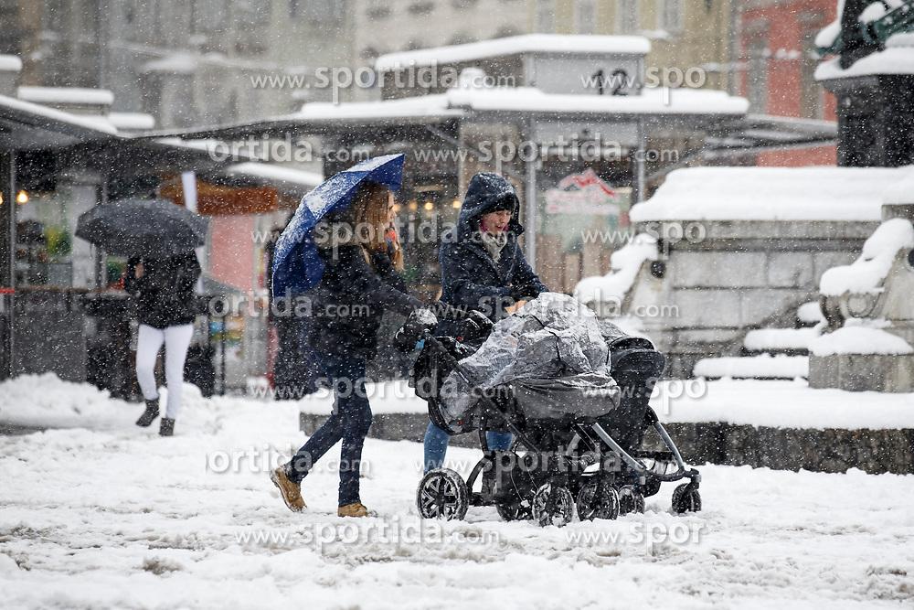 07.02.2018, Innenstadt, Graz, AUT, Schnee in Graz, im Bild Passanten mit Kinderwagen am 7. Februar 2018, EXPA Pictures © 2018, PhotoCredit: EXPA/ Erwin Scheriau