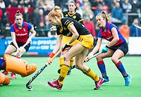 BILTHOVEN  - Hockey -  1e wedstrijd Play Offs dames. SCHC-Den Bosch (0-1).  Margot van Geffen (Den Bosch) stuit op keeper Maddie Hinch (SCHC) . rechts Xan de Waard (SCHC).       COPYRIGHT KOEN SUYK