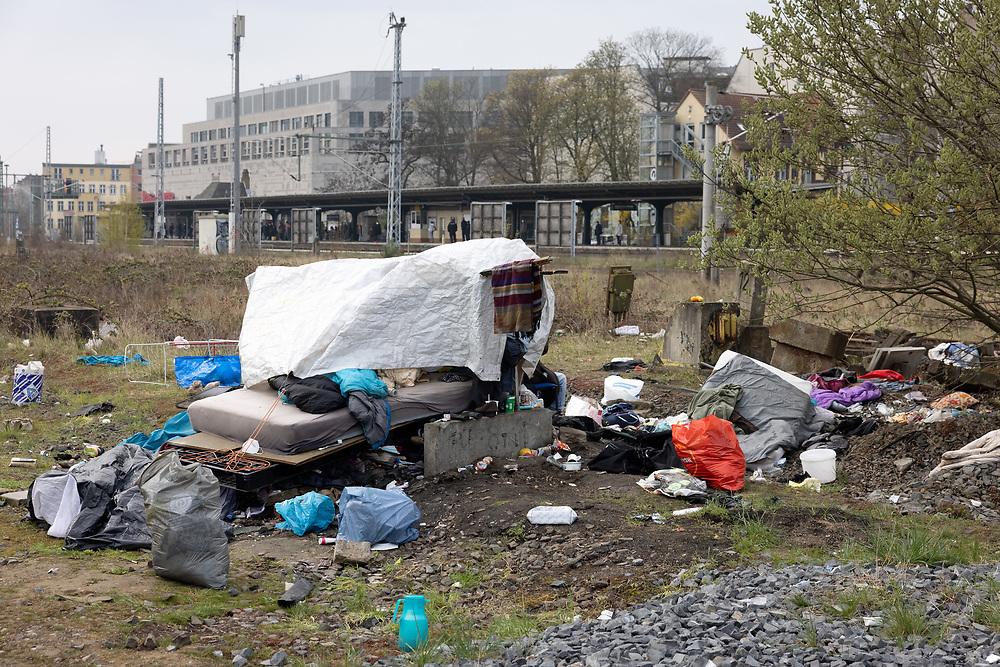 """Obdachlosencamp am Containerbahnhof in Berlin Friedrichshain. Auf dem Gelände der Deutschen Bahn leben seit mehr als einem Jahr rund 20 Obdachlose in Zelten, Wohnwägen und selbstgebauten Hütten. Nachdem eine geplante Räumung des Geländes durch Medienberichte und Karuna e.V. bekannt wurden, verzichtete die Deutsche Bahn auf eine Räumung des Geländes und führte eine """"Aufräumaktion""""  durch, bei der Arbeiter auf dem Gelände Müll in Container entsorgten. Die Hütten und Zelte der Wohnungslosen dürfen vorerst für zwei weiter Monate bleiben. Auf der Möllendorffstraße protestierten ca. 50 Menschen gegen eine eventuelle Räumung. Berlin, 19.04.2021.<br /> <br /> [© Christian Mang - Veroeffentlichung nur gg. Honorar (zzgl. MwSt.), Urhebervermerk und Beleg. Nur für redaktionelle Nutzung - Publication only with licence fee payment, copyright notice and voucher copy. For editorial use only - No model release. No property release. Kontakt: mail@christianmang.com.]"""