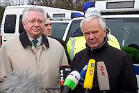 03 JAN 2005, LUDWIGSFELDE/GERMANY:<br /> Ernst Vorrath (Mi L), Praesident des Bundesamtes fuer Gueterverkehr, und Manfred Stolpe (Mi R), SPD, Bundesverkehrsminister, geben ein Pressestatement, waehrend dem besuch einer Mautkontrolle, Parkplatz Fresdorfer Heide<br /> IMAGE: 20050103-01-016<br /> KEYWORDS: Bundesamt für Güterverkehr, LKW Maut, Mikrofon, microphone<br /> BAG