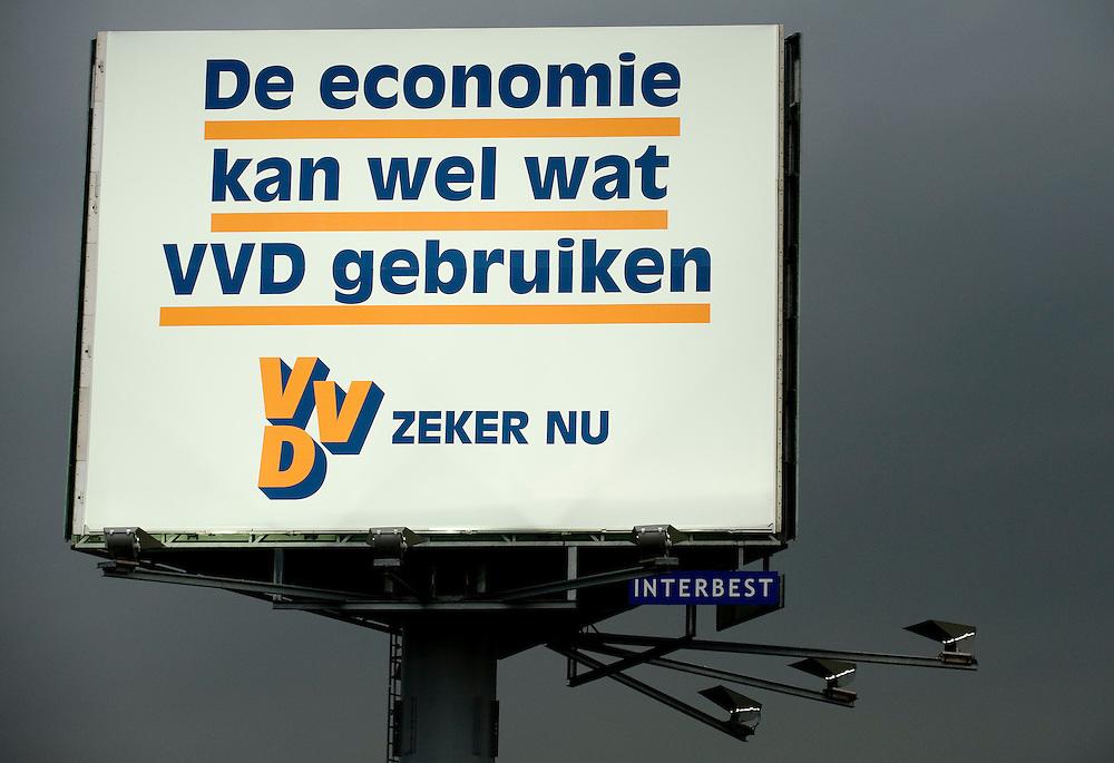 Nederland, Waardenburg, 8 juni 2010.Reklamezuil met grote billboard voor de VVD. ..Foto (c)  Michiel Wijnbergh