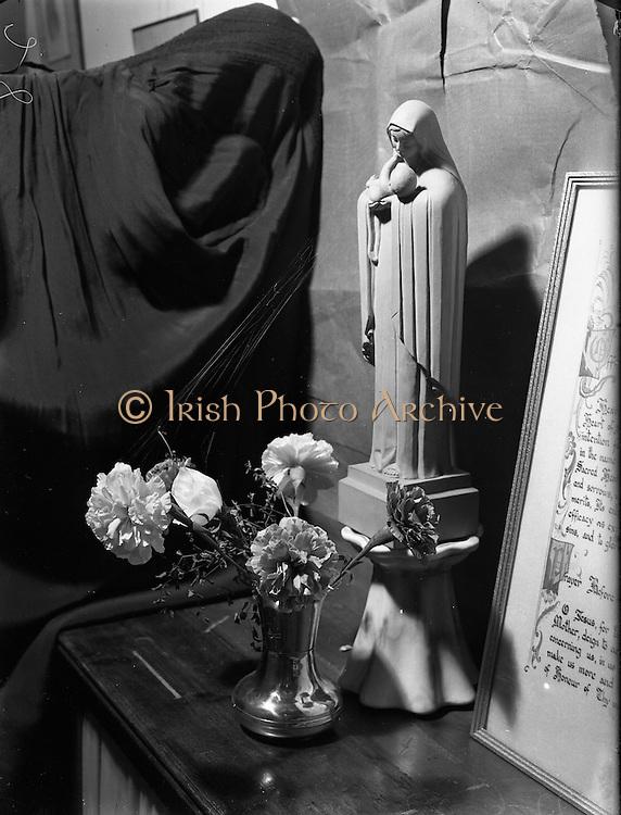 27/06/1952<br /> 06/27/1952<br /> 27 June 1952<br /> Franciscan Friary, Merchants Quay, Dublin- Statue with Cobweb.