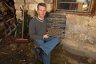 DEU, Deutschland: Arne Nowak mit einem alten Grabstein von Leopold Blaschka im Hof des Blaschka Hauses in Dresden Hosterwitz, dieses Haus wurde auf dem alten Grundstück der Blaschkas, das aus Wohnhaus und Werkstatt bestand, errichtet und ist der Sitz der Blaschka Haus e.V. Besitzer des Hauses und Gründer der Blaschka Haus e.V. ist Arne Nowak, der sich bemüht das Erbe der Blaschkas zu erhalten, Dresden, Sachsen | DEU, Germany: Arne Nowak with an old gravestone of Leopold Blaschka in the yard of the Blaschka house in Dresden Hosterwitz, this house was constructed on the old property of the Blaschkas, which consisted of house and workshop, and is the seat of the Blaschka Haus e.V. Owner of the house and founder of the Blaschka Haus e.V. is Arne Nowak, he endeavouring to receive the legacy of the Blaschkas, Dresden-Hosterwitz, Saxonia |