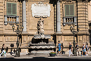 The historic center of Palermo is devoid of true big squares, a relatively wide place, among other things in Baroque style, the Quattro Canti, which ideally divide the city into four areas, is a passage that everyone knows,