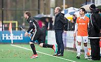 BLOEMENDAAL - Robert Tigges (A'dam) komt het veld in. rechts Jamie Dwyer (Bldaal)  Hockey hoofdklasse heren, Bloemendaal-Amsterdam (2-0) . COPYRIGHT KOEN SUYK