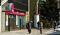 Bialystok, 23.03.2020. Pustki na ulicach Bialegostku podczas epidemii koronawirusa N/z kolejka na Banku Millenium, ludzie zachowuja odstep ok 2 metrow fot Michal Kosc / AGENCJA WSCHOD