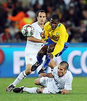 Fotball<br /> Brasil v USA<br /> Foto: Witters/Digitalsport<br /> NORWAY ONLY<br /> <br /> 28.06.2009<br /> <br /> v.l. Landon Donovan USA, Ramires, Benny Feilhaber<br /> Fussball Confederations Cup 2009 in Suedafrika, Finale USA - Brasilien