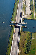 Nederland, Gelderland, Gemeente Harderwijk, 06-09-2010; weg N 302, de Knardijk met Aquaduct Veluwemeer tussen Wolderwijd en Veluwewemeer (Randmeren)..luchtfoto (toeslag), aerial photo (additional fee required).foto/photo Siebe Swart