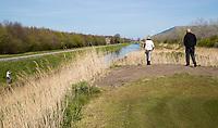 HALFWEG  - AGC , Amsterdamse Golf Club, Coronavirus , gesloten, dicht , golfbaan, gesloten, Hoofd greenkeeper Frank Klaver met Agnes Hilgers-Winter (baancommissie).   COPYRIGHT KOEN SUYK