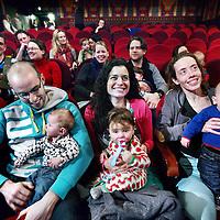 Nederland, Amsterdam , 18 februari 2012..in The Movies (haarlemmerstraat) naar een bioscoopfilm waar ouders hun babies tot 1 jaar mogen meenemen..Experiment afkomstig uit Noorwegen om ouders van 1 jarige babies buiten de deur te krijgen en ze met baby naar een film in de bioscoop te laten kijken,.Foto:Jean-Pierre Jans