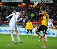 Tippeligaen Rosenborg - Start 22 mars 2010<br /> Lerkendal Stadion, Trondheim<br /> <br /> Steffen Iversen, Rosenborg, header over Clarence Goodson, Start. Headingen førte til en halvklaring av Start's keeper Kenneth Høie, hvorpå Trond Olsen scoret 3-3 målet<br /> <br /> <br /> Foto : Arve Johnsen, Digitalsport
