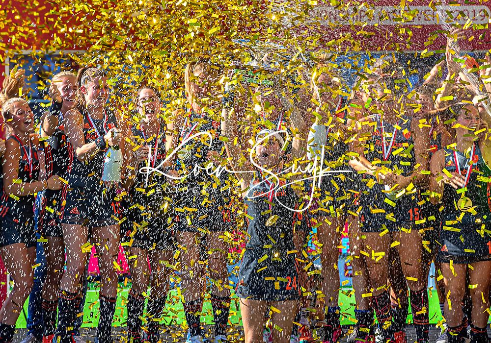 ANTWERPEN -  Oranje wint Goud. Eva de Goede met de beker.  De finale  dames  Nederland-Duitsland  (2-0) bij het Europees kampioenschap hockey.