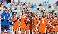 MONCHENGLADBACH - Vreugde bij Oranje en Raoul Ehren (l) tijdens de shoot-outs.  Jong Oranje dames wint zondag in Monchengladbach de wereldtitel door de finale van het het WK-21 van  Argentinie te winnen. Het Nederlands hockeyteam wint na 1-1 de shout-outs. Foto Koen Suyk