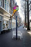 Defecte uithangbord van een ijssalon aan de Frederik Hendriklaan, de Fred,  Den Haag - Broken sign of an ice-cream parlour at the Frederik Hendriklaan, the Fred, The Hague, Netherlands