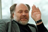 21 JAN 1999, GERMANY/BONN:<br /> Rezzo Schlauch, MdB, Fraktionsvorsitzender B90/Grüne, gibt ein Interview im Restaurant des Deutschen Bundestages, Bonn<br /> Rezzo Schlauch, Chairman of the Green Parliamentary Group, during an interview<br /> IMAGE: 19990121-03/02-12