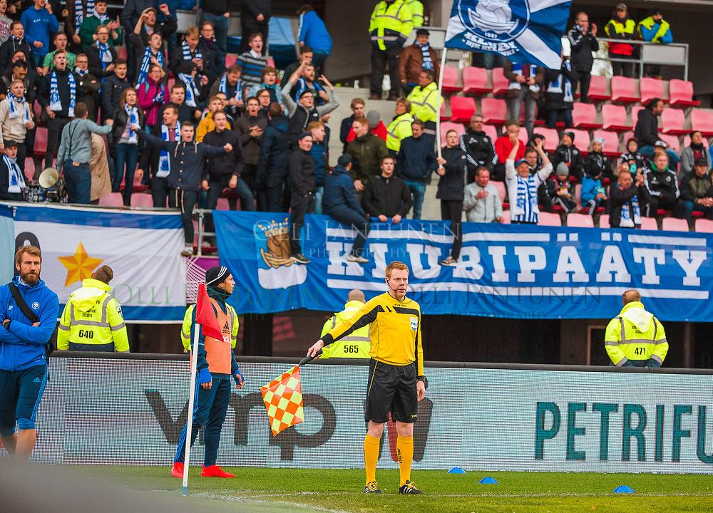 Avustava erotuomari Sami Nykänen miesten Suomen Cupin finaalissa SJK-HJK. Ratinan stadion, Tampere, Suomi. 24.9.2016.