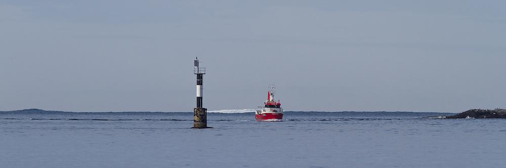 Fiskebåten Hans R (M150AE) passerer Breisundet på vei inn til Fosnavåg for å levere fisk | The Fishingboat Hans R on way to Fosnavåg to deliver fish.