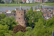 Nederland, Nijmegen: 1-5-2018 Uitzicht op het centum van Nijmegen richting Betuwe . De historische kruittoren in het Kronenburgerpark , rivier de waal zijn te zien . monument .FOTO: FLIP FRANSSEN