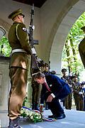Koning Willem Alexander brengt een staatsbezoek aan de Republiek Estland. ///  King Willem Alexander makes a state visit to the Republic of Estonia.<br /> <br /> Op de foto / On the photo: Koning Willem Alexander bij de Kranslegging op de Defence Forces Cemetery //// King Willem Alexander at the Kranslegging at the Defense Forces Cemetery