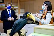 ROTTERDAM, 23-11-2020, Diergaarde Blijdorp<br /> <br /> Koning Willem Alexander tijdens een werkbezoek aan Diergaarde Blijdorp in Rotterdam. Het bezoek stond in het teken van de gevolgen van de corona-uitbraak voor onderzoeks- en fokprogramma's. Diverse programma's zijn sinds de uitbraak afgeschaald of (tijdelijk) stopgezet