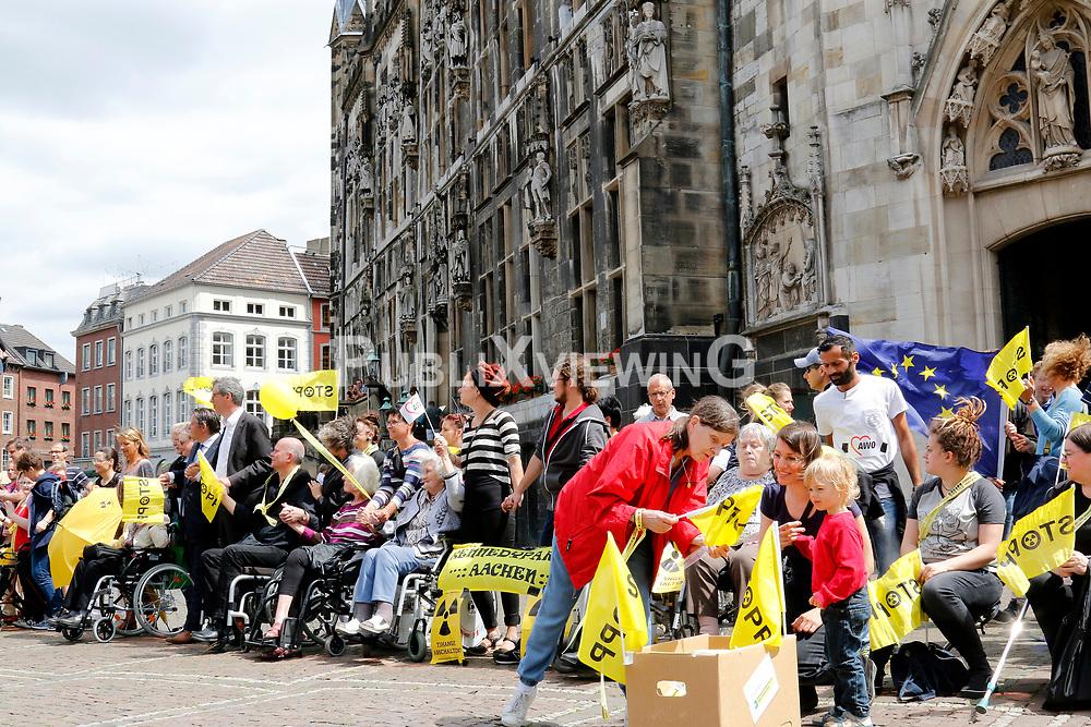 Rund 50.000 Atomkraftgegner aus Belgien, Deutschland und den Niederlanden protestieren mit einer 90 Kilometer langen Menschenkette gegen das AKW Tihange in Belgien. <br /> <br /> Ort: Aachen<br /> Copyright: Karin Behr<br /> Quelle: PubliXviewinG