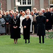Dodenherdenking Baarn, Juliana en Bernhard leggen een krans bij het oorlogsmonument