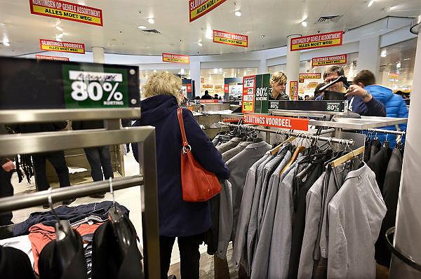 Nederland, Arnhem, 28-12-201380% korting op mannenmode.Uitverkoop wegens de opheffing van dit filiaal van luxe warenhuis de Bijenkorf. Het concern wil zich meer richten op internetverkoop. De winkels in Arnhem en Enschede gaan 1 januari dicht.Foto: Flip Franssen/Hollandse Hoogte
