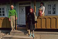 Romania. family         / famille et couple a laslovot/ photo maison verte   Laslovot  Roumanie  / R90/77    L940430a    /  P0000993